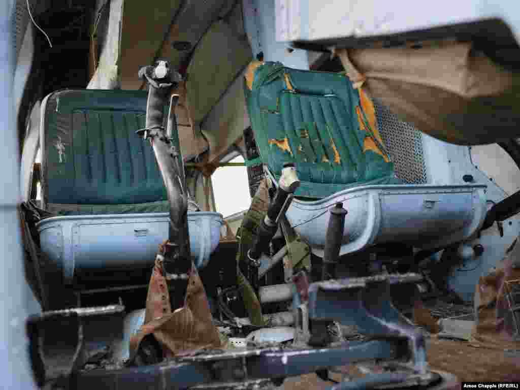 Кабина вертолета «Ми-2». Эти многоцелевые вертолеты, которые использовали как для гражданских, так и для военных задач, впервые взлетели в небо в 1961 году. Вероятно, что вертолеты «Ми-2» продолжают использовать воздушные силы Северной Кореи