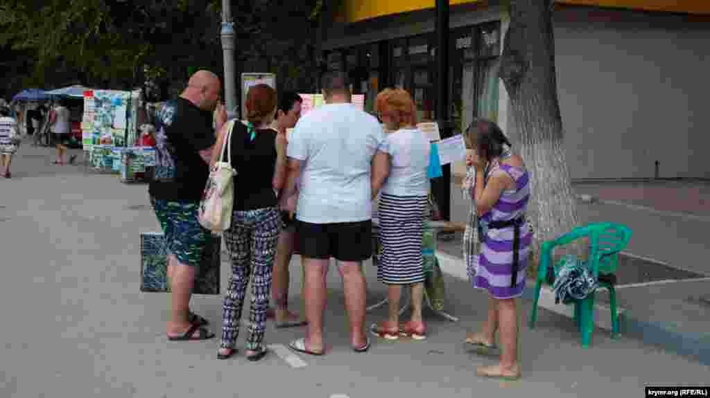 Turistler ekskursiya teklif etken noqtanı sarıp aldı. Körüngeni kibi, bu biznes mında populârdır