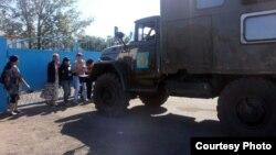 Қарағанды облысындағы АК159/5 мекемесінің есігін жауып тұрған тұтқындар туыстары. (Көрнекі сурет)