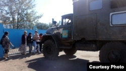 У ворот тюрьмы АК159/5 в поселке Караган Карагандинской области стоят родственники заключенных. 1 сентября 2012 года. Иллюстративное фото.