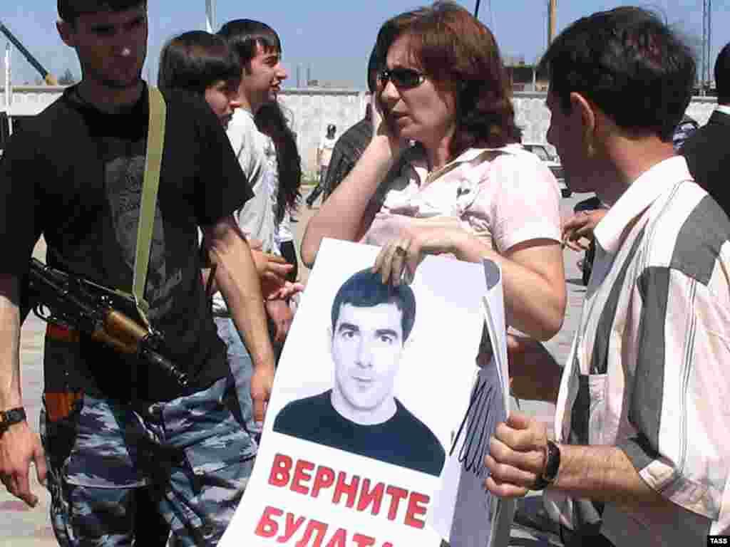 Сотрудница правозащитного центра «Мемориал» Наталья Эстемирова на акции в апреле 2006 года, посвященной поиску пропавшего без вести сотрудника центра «Мемориал» Булата Чилаева