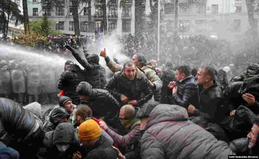 Арнайы жасақ Тбилисиде үкіметке қарсы акцияға шыққан наразыларды суатқышпен таратты. Грузия, 18 қараша.