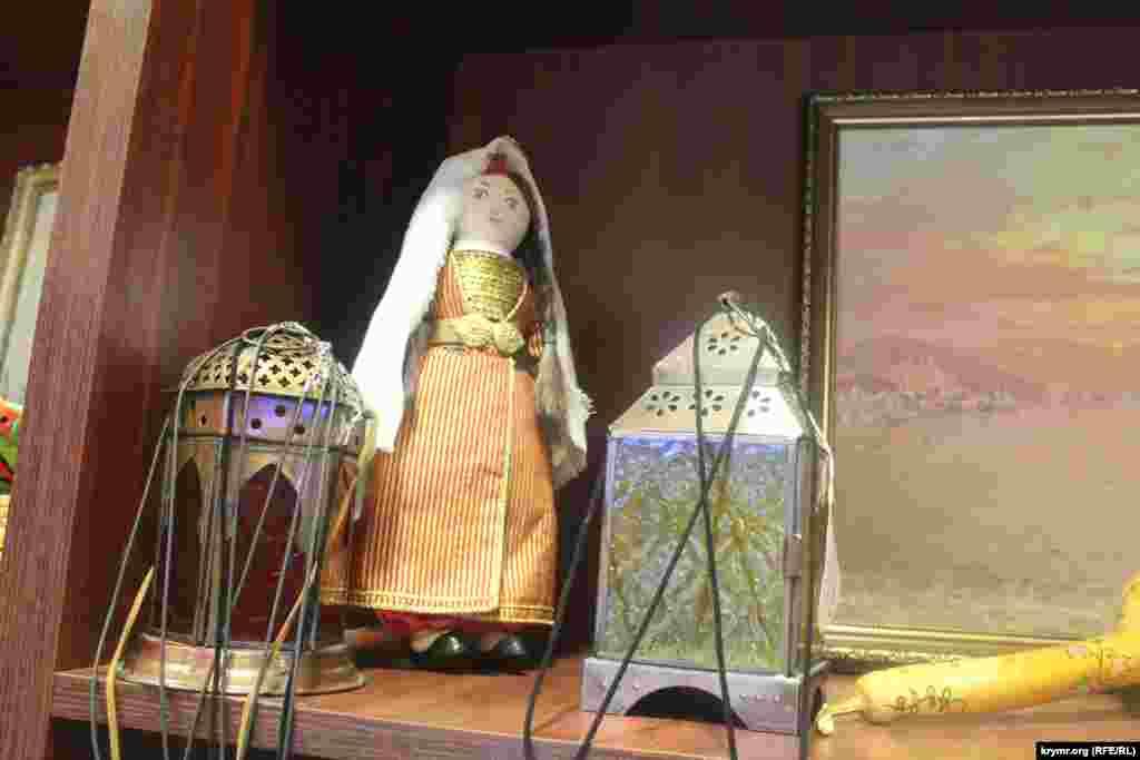 Лилия Ислямова, кукла в традиционной крымскотатарской одежде