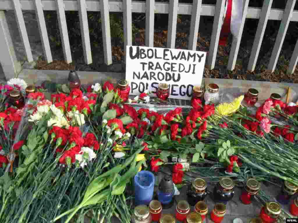 Cveće ispred poljske amasade u Minsku (Belorusija)