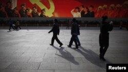 Тяньаньмен алаңынан өтіп бара жатқан адамдар. Бейжің, 7 қараша 2012 жыл. (Көрнекі сурет)