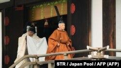 İmperator Akihito (sağda) məbəddən çıxır