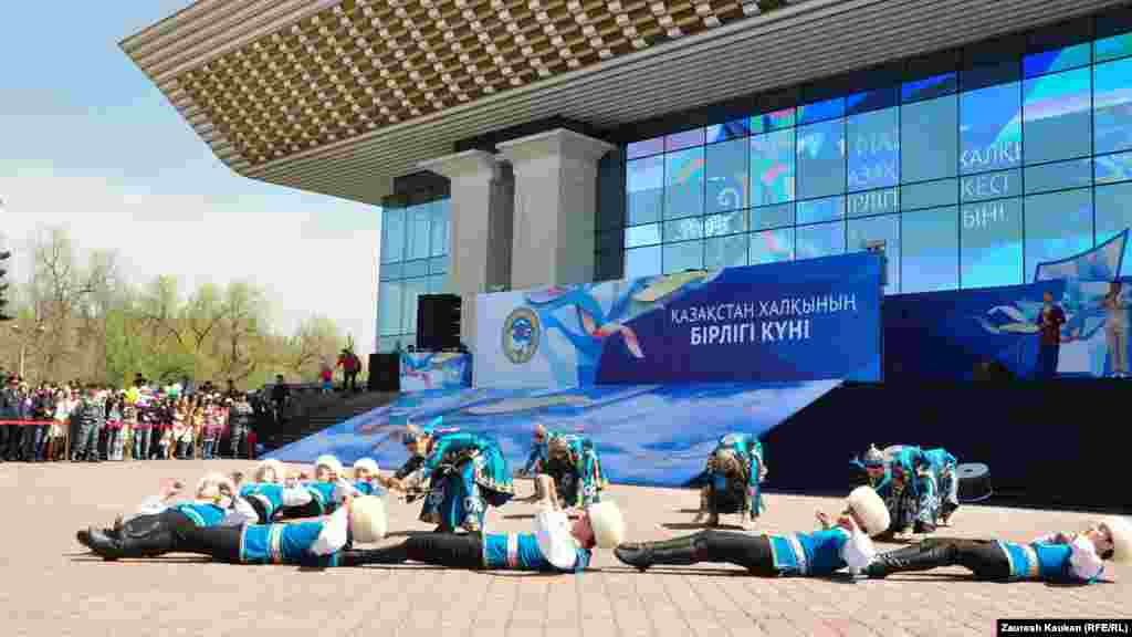 Концерттік бағдарламаны алыстан тамашалап жұрған халық. Алматы, 1 мамыр 2014 жыл.