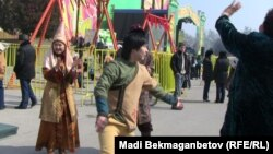 Наурыз мерекесі кезінде алаңдағы бір жігіт Қаражорға биін билеп жатыр. Алматы, 21 наурыз 2011 жыл.