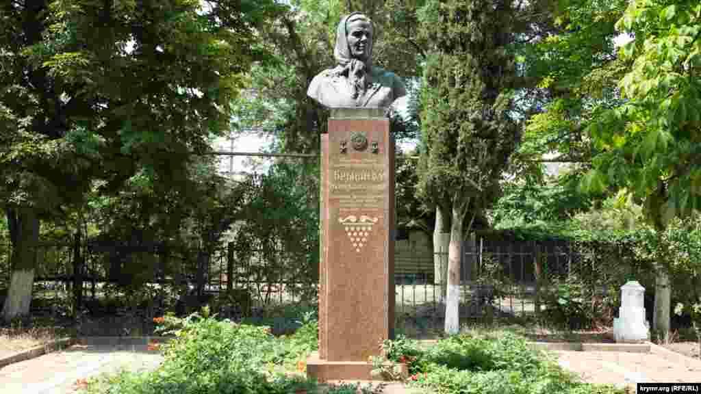 Местная достопримечательность – бюст дважды героя труда Марии Брынцевой