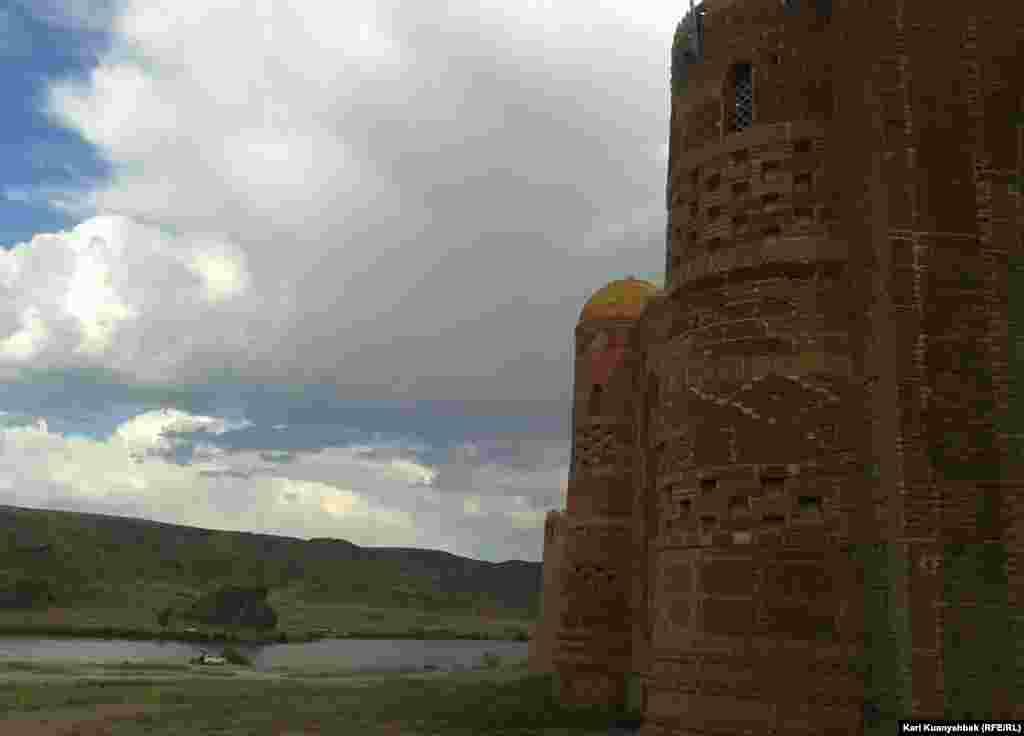 «Замок» у реки.
