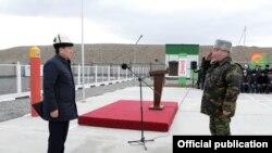 Президент Сооронбай Жээнбеков жана Мамлекеттик чек ара кызматынын башчысы Уларбек Шаршеев. Чек ара заставасынын ачылышы. 20-февраль, 2019-жыл.