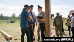 Міліцыянты падчас усталёўкі новых крыжоў у Курапатах, 6 ліпеня