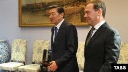 Қазақстан мен Ресей премьер-министрлері Серік Ахметов (сол жақта) пен Дмитрий Медведев. Мәскеу, қараша 2012 жыл.