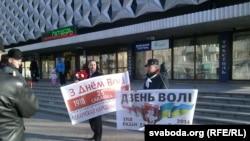 Дзень Волі 2016 у Баранавічах: Уладзімер Гундар (справа) і Юры Казакевіч з плякатамі