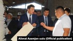 Вице-премьер-министр Замир Аскаров жаңы заводдун иши менен таанышуу учуру.