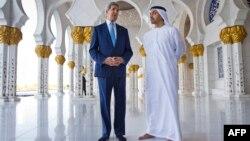Джон Керри в мечети Абу-Даби вместе министром иностранных дел ОАЭ шейхом Абдаллой бен Заедом Аль Нахайяном (справа). 23 ноября 2015 года.