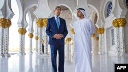 Джон Керрі у мечеті Абу-Дабі з головою МЗС ОАЕ Абдуллою бін Заєдом ан-Нахайаном, 23 листопада 2015 року