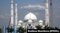 Астанадағы Әзірет Сұлтан мешіті. 29 мамыр 2012 жыл. (Көрнекі сурет).