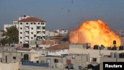 За словами очевидців, цей вибух на півдні Смуги Гази спричинив ізраїльський повітряний удар по будинку одного з чільників ісламістів, 26 серпня 2014 року