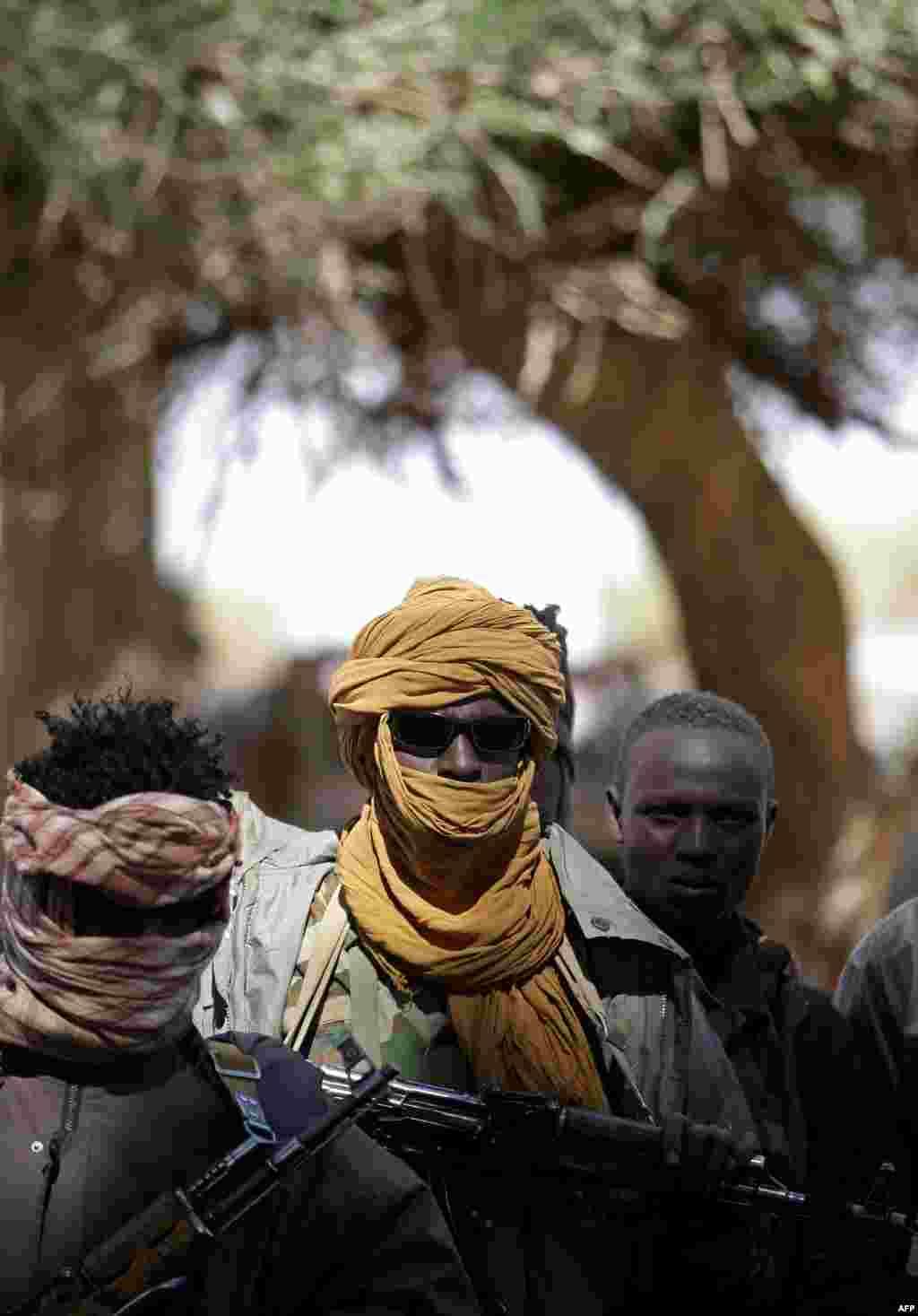 З 2003 року по сьогоднішній день у суданському регіоні Дарфур триває міжетнічний конфлікт між розрізненими військовими угрупуваннями і центральним урядом. ЮНАМІД, спільна миротворча місія Африканського союзу і ООН, покликана встановити мир в регіоні. Але конвої місії регулярно піддаються нападам і грабежу з боку угруповань, які або продають зброю на чорному ринку, або залишають її собі На фото – бійці «Об'єднаного фронту протистояння» в Судані під час зустрічі між військовими і політичними лідерами угруповань, представниками Африканського союзу і ООН. Січень 2008 року
