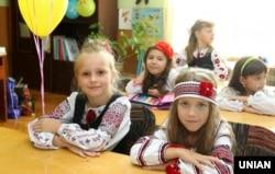 Школярки в національних костюмах. Львів, 1 вересня 2014 року