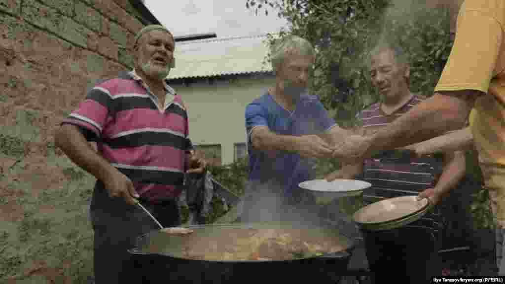 З нагоди звльнення Мустафаєва співвітчизники приготували святковий обід