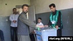 Гласањето на изборите во Авганистан