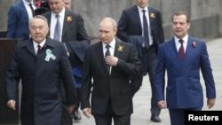 Astăzi în Piața Roșie la Moscova, președintele Vladimir Putin, fostul președinte al Kazahstanului, Nursultan Nazarbaiev și premierul Dmitri Medvedev