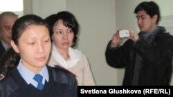 Анар Мешімбаеваны (ортада) сотқа әкеле жатыр. Астана, 27 қаңтар 2014 жыл.