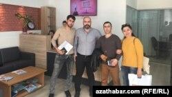 """""""Türkpermit"""" hukuk geňeşdarlygy firmasynyň başlygy we migrasiýa hünärmeni Murat Erşahin (çepden ikinji) türkmen migrantlary bilen"""
