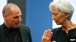 Грчкиот министер за финансии Јанис Варуфакис и шефицата ММФ, Кристин Лагард во Луксембург.