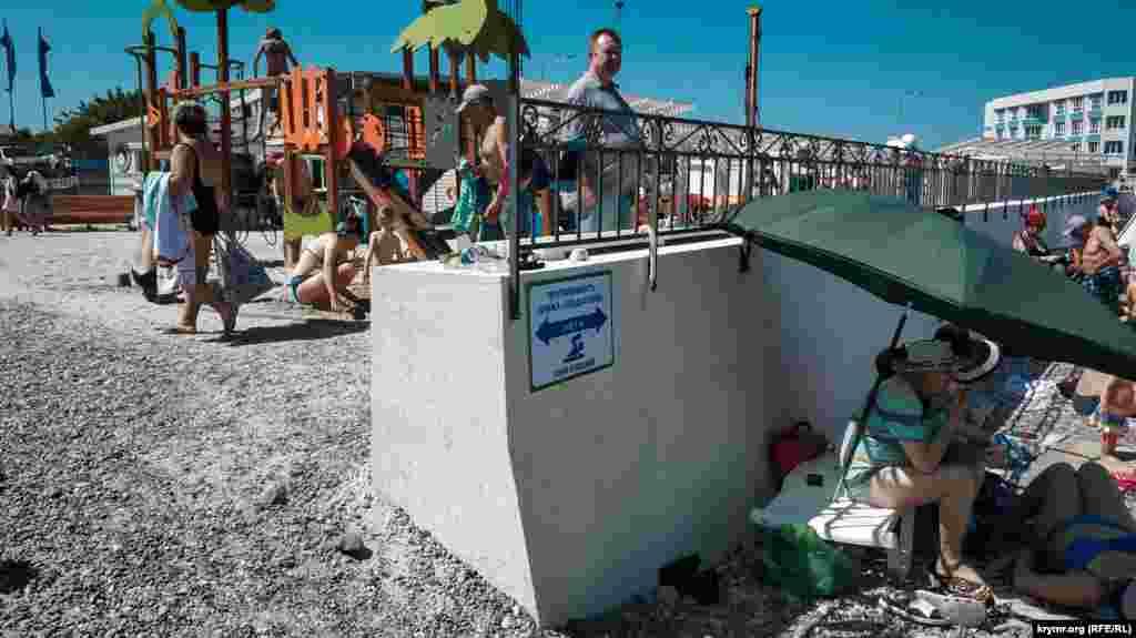 На табличке указано, что длина береговой линии пляжа– почти 150 метров
