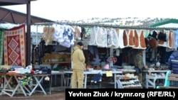 Продавцы сувениров у верхней станции канатной дороги ждут покупателей