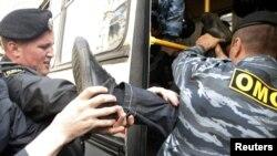 Мәскәү үзәгендә ОМОН үз фикерләрен белдерергә чыкканарны тоткарлый. 5май2011