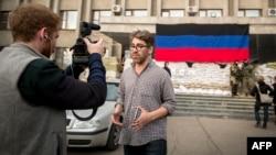 Сайман Астроўскі падчас падрыхтоўкі рэпартажу ў Славянску 21 красавіка