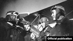 Фрунзе аэродромундагы машыгуу. Фрунзе шаары. Сүрөттүн автору: А.Вилчинский. 1941-жыл.