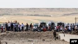 Спасательные службы на месте предыдущего взрыва у полицейского участка на юге Турции 15 августа