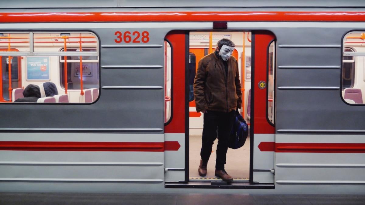 Защитные маски и пустые улицы: Прага усилила меры безопасности