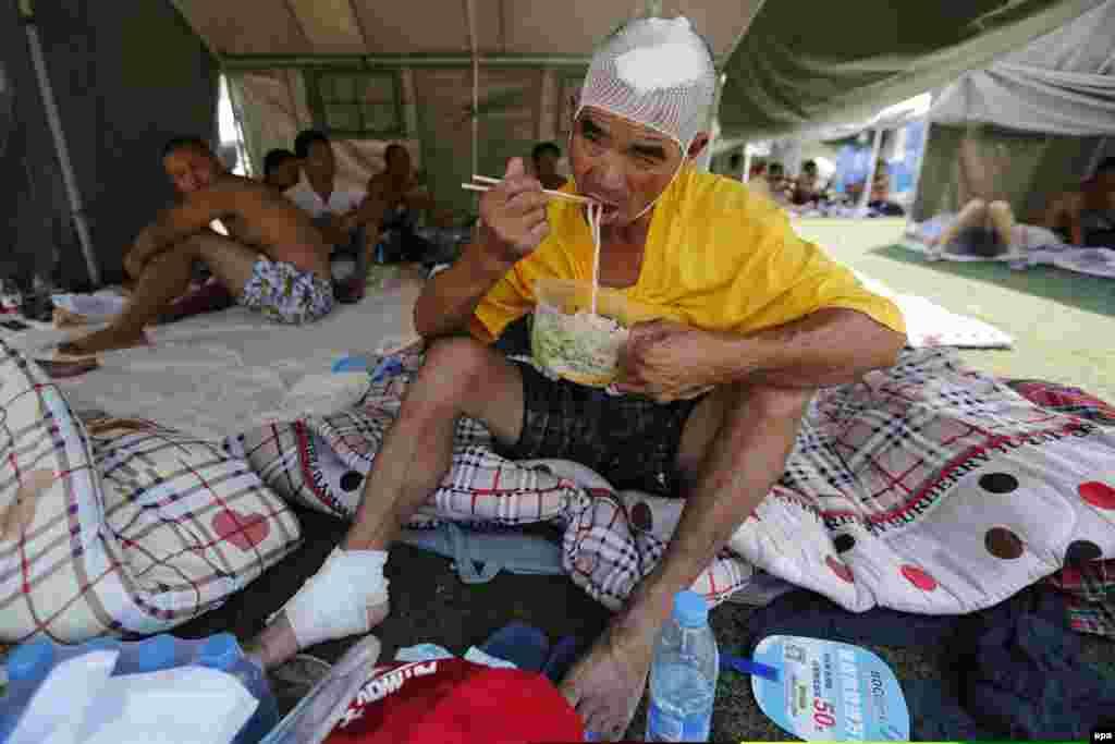 Волонтери дуже швидко розставили тимчасові наметові табори, в яких пораненим надається перша невідкладна допомога