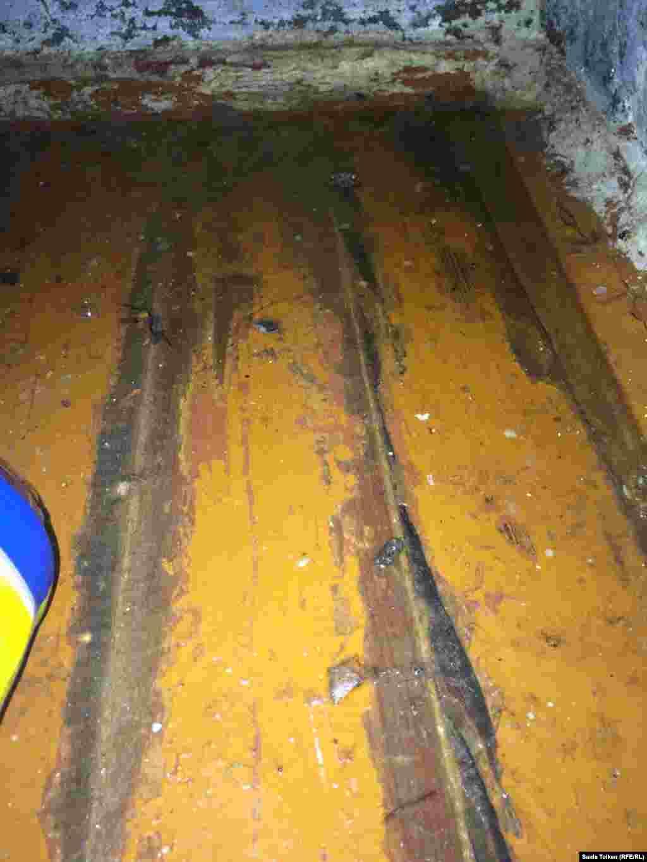 В депарламенте по ЧС Атырауской области говорят, что откачивают воду из жилых районов, куда не может проехать техника коммунального предприятия «Атырау су арнасы».
