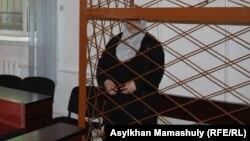 """""""Терроризмді насихаттады"""" деп айыпталған Жанна Өмірова сот залында тұр. 29 мамыр 2017 жыл."""