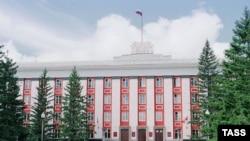 По мнению экспертов, Алтайский край ничего не выиграет от слияния с братской Республикой Алтай. На фото: Барнаул, здание администрации Алтайского края.
