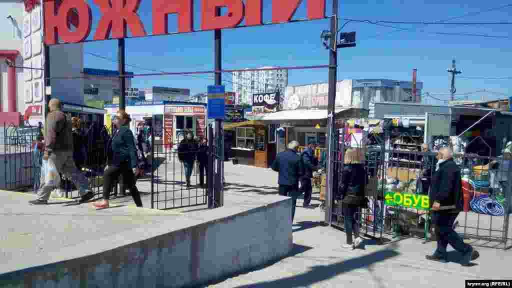 С 12 мая открыли и вещевые рынки. Так сейчас выглядит рынок «Южный» на пятом километре Балаклавского шоссе