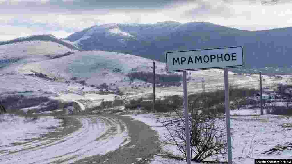 В'їзд в Мраморне із сусіднього села Зарічне. До Сімферополя звідси понад 20 кілометрів