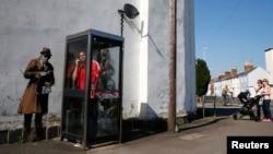 Граффити у телефонной будки в Лондоне – на стене здания, рядом с которым находится агентство, имеющее право прослушивания
