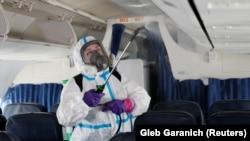 Співробітник аеропорту «Бориспіль» проводить дезінфекцію в літаку, червень 2020 року