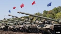Военная техника на учениях поддерживаемых Россией сепаратистов близ населенного пункта Торез. Донецкая область, 29 августа 2016 года.
