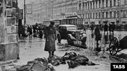На улицах блокадного Ленинграда, 1942 год.