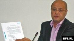 Канадский бизнесмен Адонис Дербас на пресс-конференции в Алматы. 5 мая 2009 года.