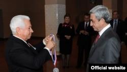 Председатель NECO Насер Каземи (слева) вручает президенту Армении Сержу Саргсяну медаль почета «Элис айланд», 23 сентября 2011 г.